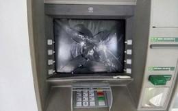 Người đàn ông Nga đập phá cây ATM lúc rạng sáng, bỏ xe máy chạy thoát thân khi thấy công an