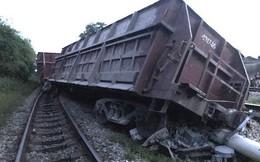 Đường sắt Bắc - Nam lại tắc nghẽn vì 2 toa tàu trật bánh, lật nghiêng ở Nghệ An