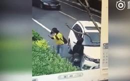 Trung Quốc: Ném gạch vào ô tô sau va chạm nhẹ, cô gái trẻ bị tài xế tông thẳng xe lên người
