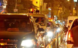 Vì sao đèn xe thường có màu vàng mà không phải là đỏ, trắng hay xanh?