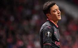 """Ozil bị chỉ trích đóng kịch, """"nước mắt cá sấu"""" khi Arsenal bại trận!"""