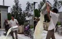 Clip xôn xao: Người đàn ông giận dữ đổ từng thùng sữa xuống đường vì cho rằng cửa hàng thu mua ép giá