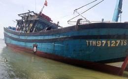 Tàu cáchở 13 thuyền viên bị đâm thủng trên biển