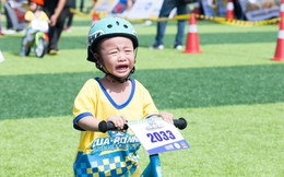 Xem cua-rơ nhí vừa khóc vừa thi đấu, nức nở khi nhận huy chương