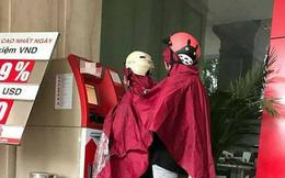 Hai nữ ninja phối hợp ăn ý để rút tiền khi trời đang mưa to khiến cư dân mạng bàng hoàng share vội