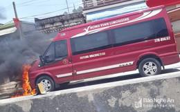 Xe ô tô 16 chỗ bốc cháy giữa trưa hè
