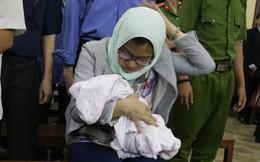Người phụ nữ mang con sơ sinh đến tòa liên quan đến bà Hứa Thị Phấn như thế nào?