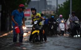 Mưa trắng trời, nhiều tuyến đường ở Sài Gòn ngập nặng