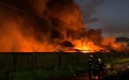 """[Ảnh hiện trường] Cháy kinh hoàng ở Sài Gòn, 200 cảnh sát PCCC """"chiến đấu"""" với lửa"""