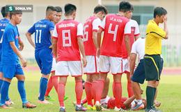 Trọng tài Việt tái mặt, quay đi vì cầu thủ chấn thương ghê rợn