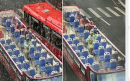 Du khách đội mũ, mặc áo mưa ngồi ngắm Hà Nội trên xe buýt 2 tầng