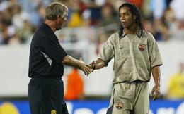 """""""Lật kèo"""" thôi chưa đủ, Ronaldinho còn khiến Man United nếm một """"trái đắng"""" khác"""