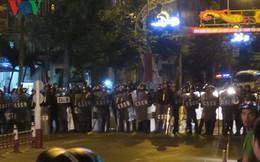 Nhiều người quá khích tràn vào trụ sở cảnh sát ở Bình Thuận, châm lửa đốt ô tô trong đêm