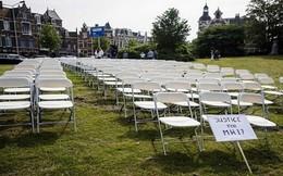 Hà Lan đặt 298 chiếc ghế trắng trước cửa Đại sứ quán Nga để đòi công lý vụ MH17