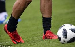 Hi hữu: Phải đi... mượn giày để đá World Cup