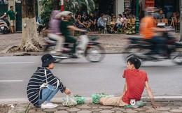 """Mùa sấu về trên phố phường Hà Nội: Nhóm thợ đánh giày tranh thủ """"đổi nghề"""", kiếm tiền triệu mỗi ngày"""