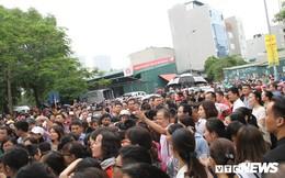 Ảnh: Phụ huynh đứng kín cổng chờ con thi vào lớp 6 tại trường hot bậc nhất Hà Nội
