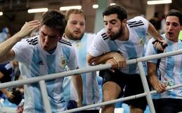 """CLIP: Hooligan Argentina vây đánh một CĐV Croatia vì """"tội"""" ăn mừng bàn thắng"""