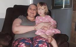 Tỉnh dậy sau khi bị động kinh ngoài đường, mẹ cảm động khi biết ân nhân cứu mạng chính là con gái 3 tuổi của mình