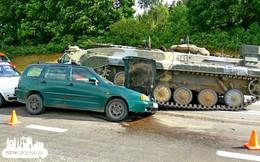 Video: Thiết giáp mất lái cán bẹp ô tô, 2 ông cháu may mắn thoát nạn