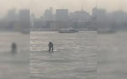 Mỹ: Chèo ván lướt sóng vượt sông đến chỗ họp