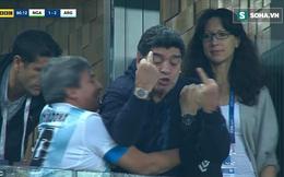 """Maradona lại nhận """"gạch đá"""" vì hành vi phản cảm"""