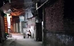 Người đàn ông cầm gậy chặn trước cửa nhà hành hung người đi đường