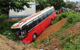 Ô tô chở khách nước ngoài mất lái lao xuống rãnh đường, 20 người bị thương