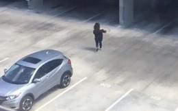 """Hô to """"Cá mập kìa, chạy đi"""" ở bãi gửi xe, thanh niên dọa một phụ nữ chạy mất dép dù cô đang ở giữa đất liền"""