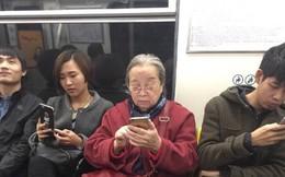 """""""Dung Ma Ma"""" Lý Minh Khải tuổi 82 vẫn một mình đi xe bus, vui vẻ khi được fan nhận ra"""