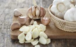 Ăn tỏi sống rất tốt nhưng nhiều sẽ bị tác dụng phụ: Người bị huyết áp, đau đầu nên lưu ý
