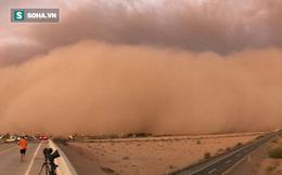"""Trận bão cát dày đặc như """"bức tường tận thế"""" trên sa mạc bang Arizona"""