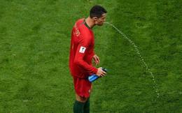 World Cup 2018: Tại sao các cầu thủ thi nhau súc miệng rồi nhổ nước ra sân?