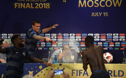 World Cup 2018: Cầu thủ Pháp đột kích phòng họp báo, tắm sâm banh cho HLV Deschamps