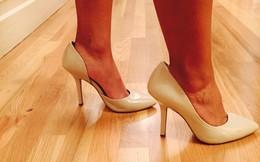 """Khoe mình mua được đôi giày """"xịn"""" với giá 90 nghìn, cô vợ bất ngờ vì chồng tỏ vẻ không hài lòng, lại còn rơm rớm nước mắt"""
