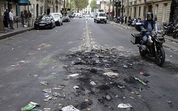 Chùm ảnh: Thành phố Paris ngổn ngang, tan hoang sau những đêm ăn mừng chiến thắng