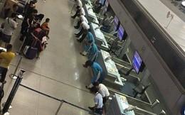 Bức ảnh 9 nhân viên sân bay cúi đầu xin lỗi hành khách và những bình luận xấu xí khiến dư luận bức xúc