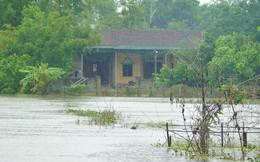 Hàng trăm ngôi nhà bị cô lập trước lúc bão vào, di dời hơn 15.000 dân