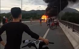 Hàng chục người đập cửa kính thoát khỏi chiếc xe khách bốc cháy ngùn ngụt