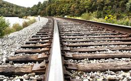 Vì sao đường ray xe lửa luôn được rải đá, điều con người vẫn làm 200 năm nay này sẽ khiến bạn bất ngờ