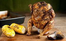 """Muốn lớp da giòn rụm cứ cho gà """"ngồi"""" lên lon bia rồi đưa vào lò nướng, 1 tiếng sau kết quả chỉ có gọi là ngon ngất ngây"""