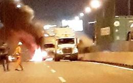 Xe khách bốc cháy dữ dội sau va chạm với container trên cao tốc, 2 người tử vong
