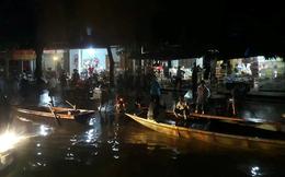 Mưa khủng khiếp, dân bơi thuyền ra quốc lộ