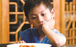 Sốt ruột vì con ăn sáng chậm, mẹ thở dài 1 câu nhưng cảnh báo phụ huynh nên xem lại mình