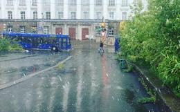 Tuyết rơi bất thường giữa mùa hè, phủ kín thành phố của Nga