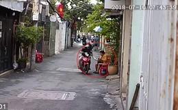 Chăm chú đếm tiền, người phụ nữ bị giật mất túi ngay trước cửa nhà