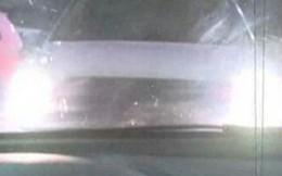 Nếu có kẻ chiếu đèn ô tô vào bạn, hãy khóa cửa xe và lái đi ngay lập tức và đây là lý do