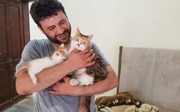 """Chuyện kỳ diệu về """"kẻ gàn dở"""" bám trụ tại vùng chiến sự Syria chỉ để chăm sóc chó mèo bị bỏ rơi"""