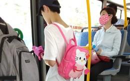"""Thanh niên đeo balo hồng trên xe bus được 500 chị em ầm ầm """"xin link"""" dù chỉ nhìn thấy... lưng"""