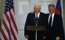 Mật vụ Mỹ ngỡ ngàng phát hiện Tổng thống Nga say khướt, mặc quần đùi, vẫy taxi trước Nhà Trắng